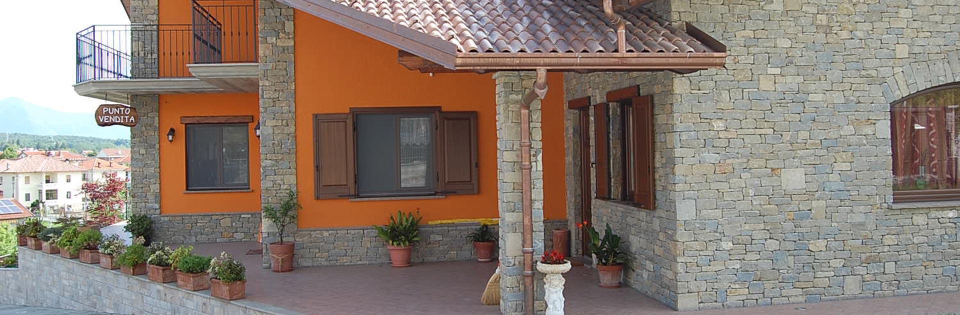 Zoccolo esterno in pietra per esterni in pietra for Zoccolo casa moderna